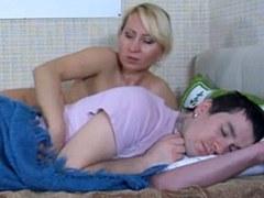 El muchacho joven teniendo sexo con su madrastra