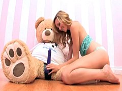 Brett Rossi juega con un oso de peluche