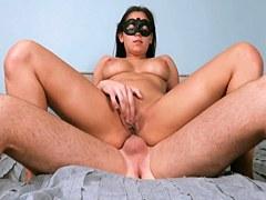 Latina joven atractiva con grandes tetas folla analmente en la máscara