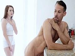Hijastra seduce padre delante de mama