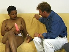 Mujer de negro tetona obtiene consolador en su coño apretado