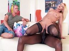 XXX Interracial – Madura puta Scarlet Mika disfruta de una polla negro
