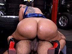 XXX Morena Increíble – Kiara Mia muestra sus tetas grandes y su culo gigante