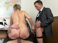 Mujer alemana con grandes senos naturales follada en trío