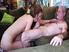 El papá del paso enseña a la hija del pal cómo luchar animadoras