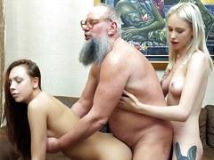 Jovencitas rubias y morenas en el sexo de los tríos