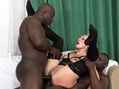 La puta rubia Brittany Bardot tiene una intensa penetración anal doble con dos pollas negras