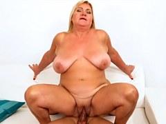 Abuela regordeta con enormes tetas ama el sexo con polla joven