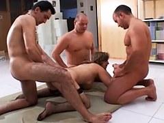 Diana ha realizado la fantasía de ser follada por varios hombres junto con su esposo