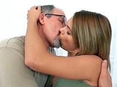 La joven Lara tiene sexo con el papá del mejor amigo