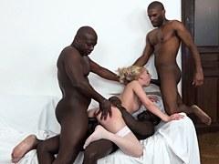 Rubia caliente Luna Melba le da el culo a tres negros cachondos
