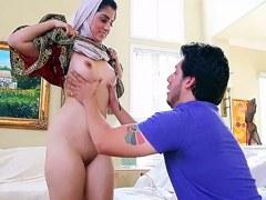 La hermosa mujer Nadia Ali expone su coño árabe