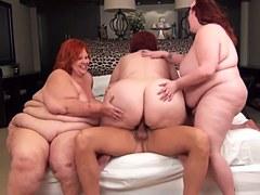 Tres mujeres regordetas con el pelo rojo y un hombre feliz
