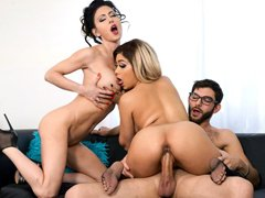 Hermosas estrellas porno Jessica Jaymes y Aaliyah Hadid follan con una gran polla