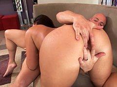 XXX Buen Culo Grande – Morena sexy tiene su gran botín jugoso follada por detrás
