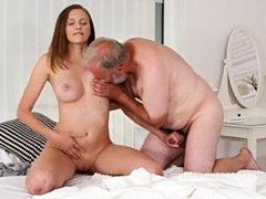 La joven morena rusa Stacy Cruz ama el sexo con el viejo