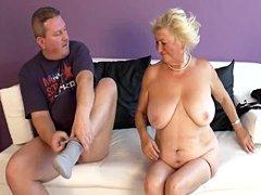 Tetona madura Dana Hayes folla con el hombre más joven en el sofá blanco