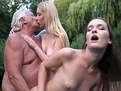 Chicas calientes jóvenes follan juntas al viejo abuelo gordo y lo hacen cum