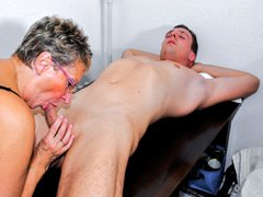 Abuelita alemana seduciendo a un chico caliente