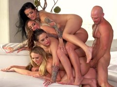 Johnny Sins con varios mujeres muy calientes