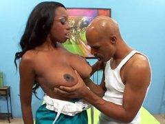 Chica negra con grandes tetas Codi Bryant cabalga sobre una gran polla negra