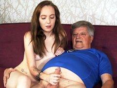 Kasey Cole recibe semen en su coño del novio de su abuelo