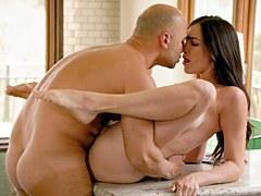 Impresionante morena con tetas grande y bonita Holly Michaels hace sexo anal