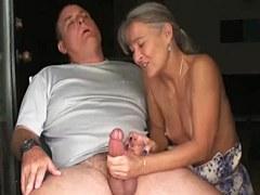 Masturbación con la mano pareja madura
