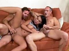 Caliente morena Claudia Bella le gusta hacer el amor apasionado salvaje con dos hombres