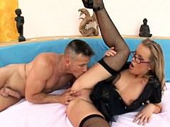 MILF policía se abre de piernas para el sexo anal