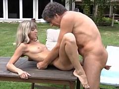 Joven rubia en el sexo anal con un viejo jardinero