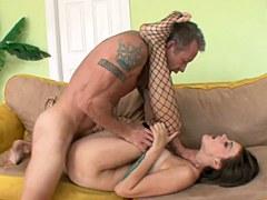 La chica joven tiene sexo con hombre mayor