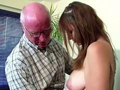 XXX El Sexo De La familia – Chica alemana joven seducir a la mierda por el viejo abuelo