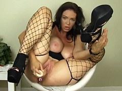 XXX Masturbación – MILF con tetas grandes Charlee Chase cosas su coño