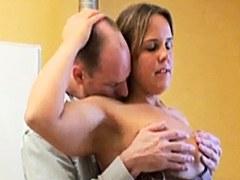 Engañando a la esposa consigue estropeado mientras que golpea con su amigo