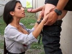 Chica colombiana caliente dando buena mamada al aire libre