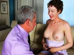 La mujer madura tetona obtiene sexo duro y esperma en la boca
