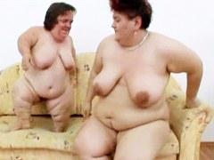 Abuelita gordita hace acción lesbiana con un enano gordo