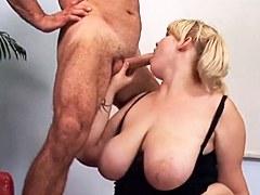 Mujer regordeta con enormes pechos folla en el sofá