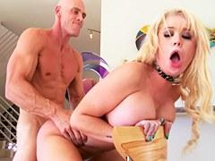 Hermosa rubia tetona Alexis Ford le encantan estas escenas porno