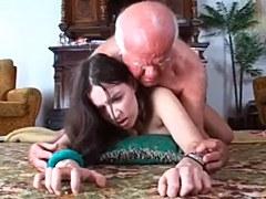 Joven morena con grandes tetas demuestra consolador para el hombre de edad