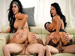 Preciosas morenas con grandes tetas Raven Hart y Savana Styles en acción porno salvaje