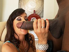 Una morena madura con grandes pechos Lisa Ann se entrega al sexo con Mandingo