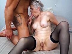 A la vieja cachonda le encanta el sexo con un joven atleta