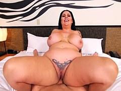 MILF aficionada gruesa con enormes tetas chupando y follando en la cama