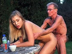 Chica rubia con las tetas lindo Haley Hill tiene sexo anal con abuelo cachond