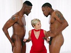 XXX Porno Interracial – Ama de casa folla con dos grandes pollas negras