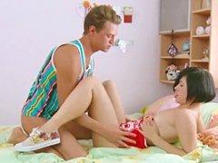 Chico con gran polla atrapa linda chica asiática joven y seduce a la primera follar