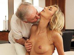 Joven rubia participa en el sexo apasionado con un apuesto anciano