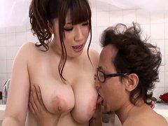 Chica japonesa con grandes pechos en bañera con amante